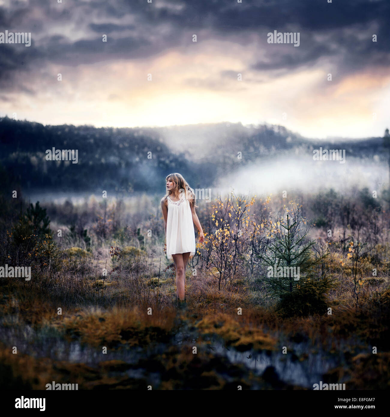 Mujer de pie en el paisaje rural Imagen De Stock