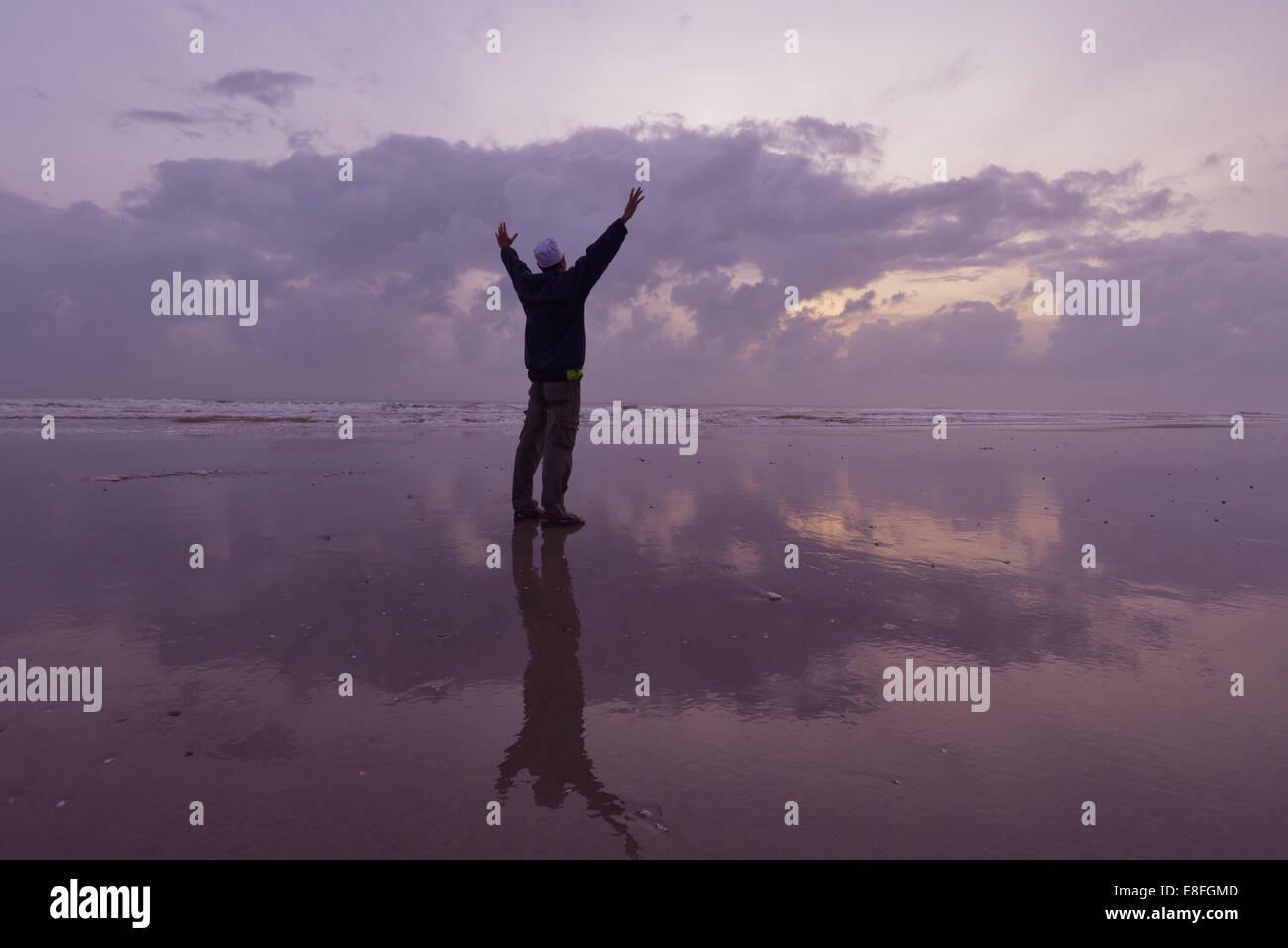 Malasia, Kuantan, la silueta del hombre en la playa por la mañana del día Imagen De Stock