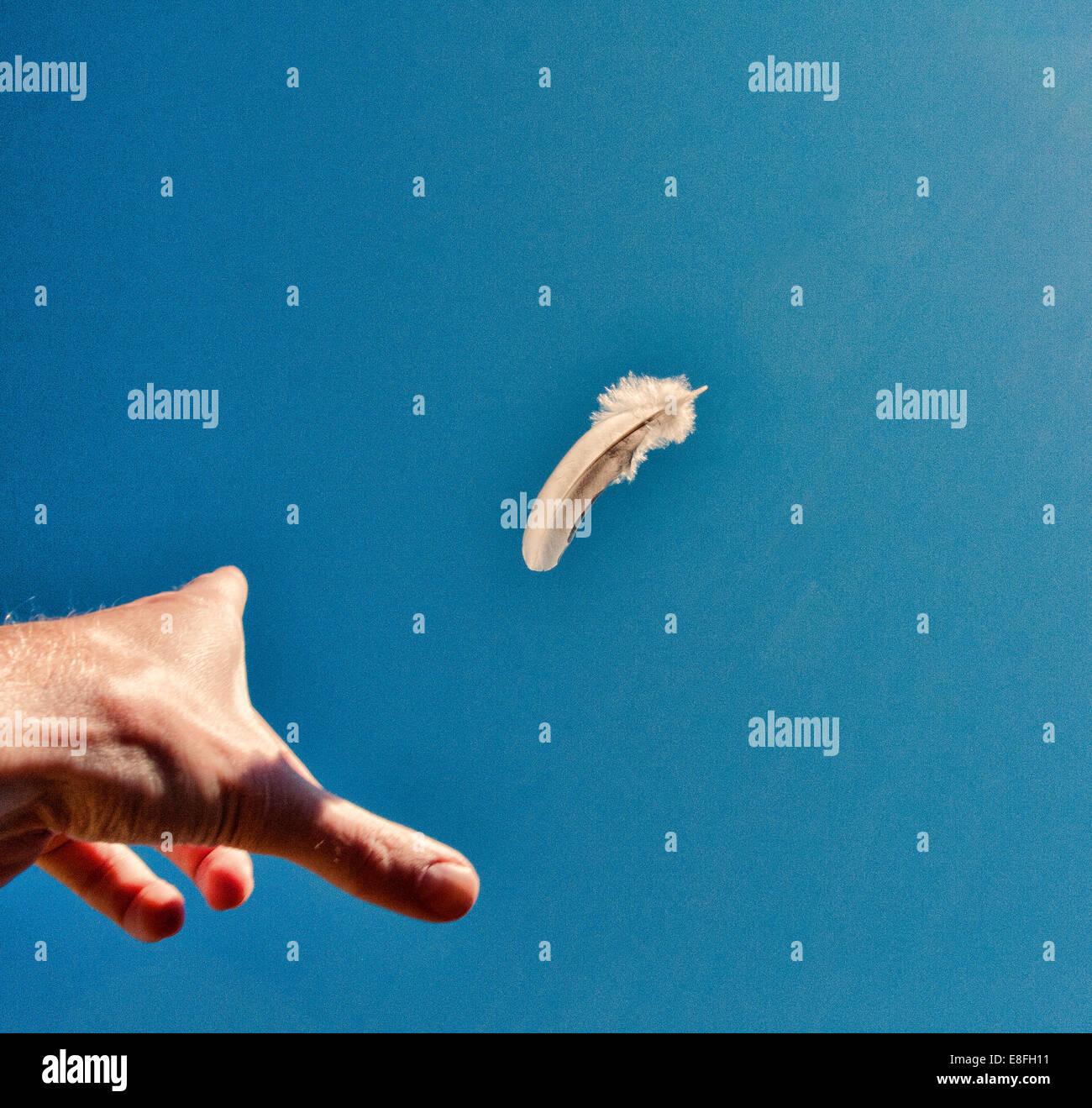 La mano del hombre tirando hacia abajo en el aire Imagen De Stock