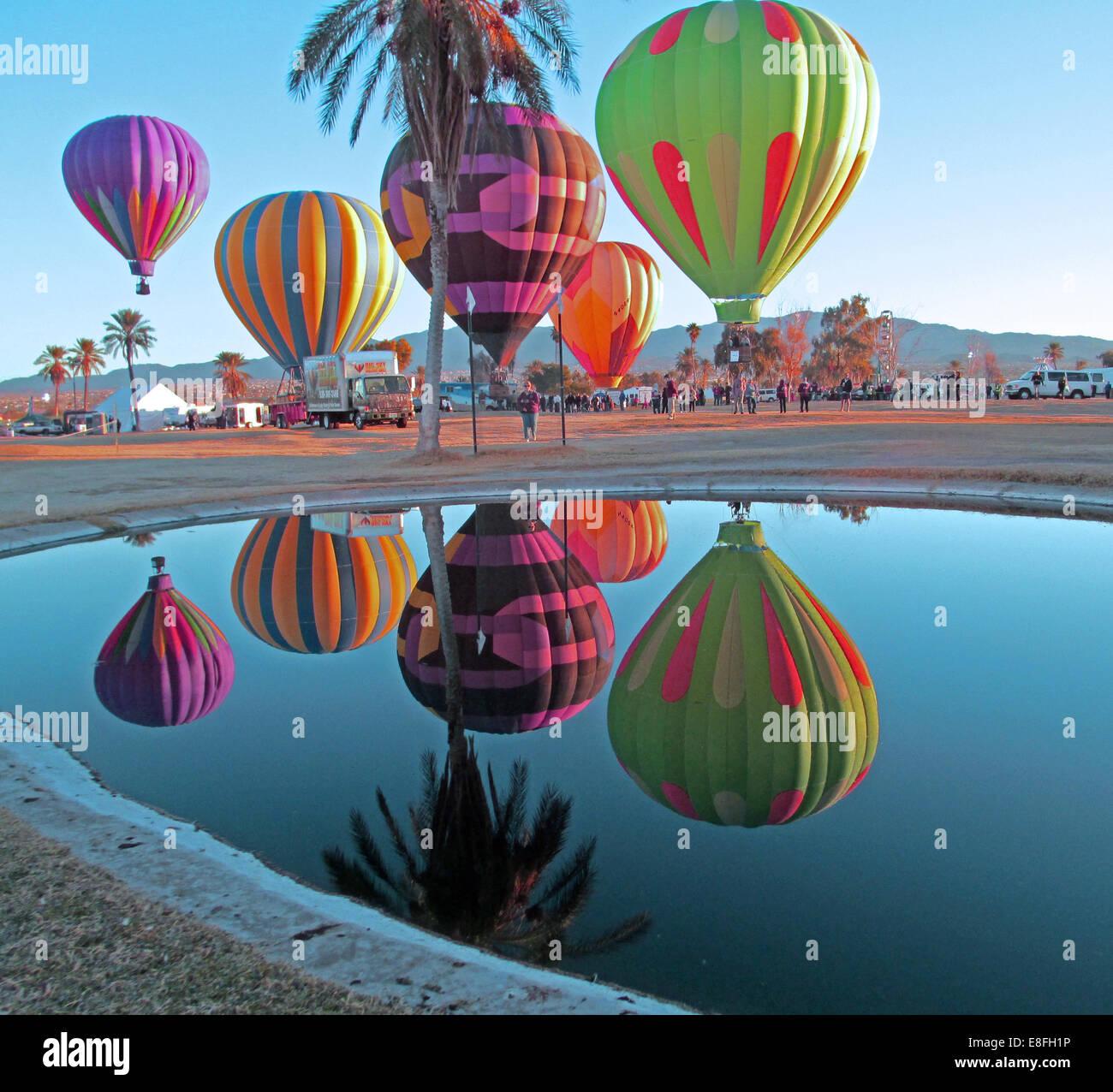 Ee.Uu., Arizona, Mohave County, Lake Havasu City, Beachcomber Boulevard, Lake Havasu, Lake Havasu Festival de globos, globos de aire caliente se refleja en el estanque Foto de stock