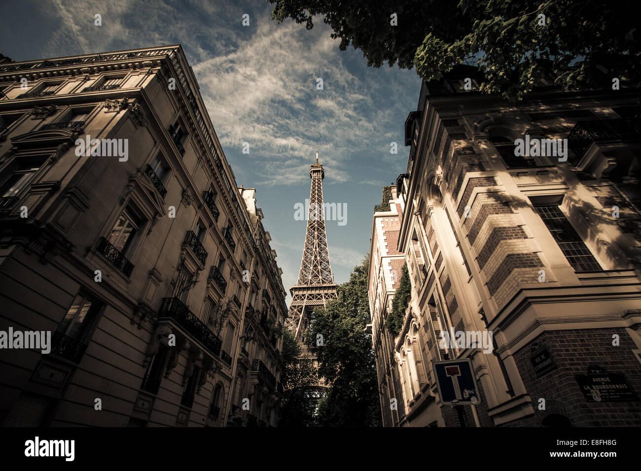 Francia, Paris, Torre Eiffel, visto desde la calle Imagen De Stock