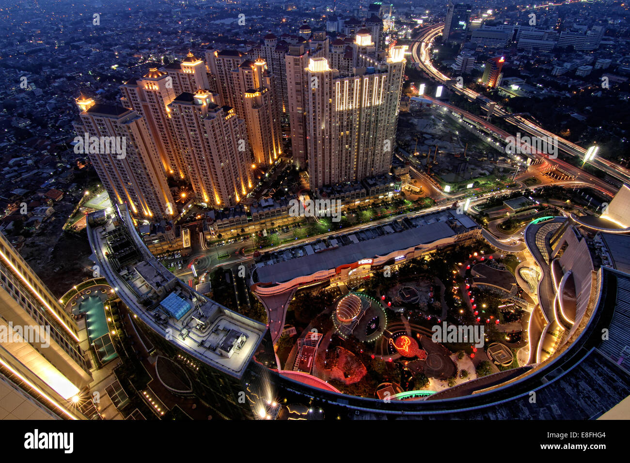Indonesia, Yakarta, Región Capital especial Daerah Khusus Ibukota Yakarta, Letjen S Parman, noche paisaje visto Imagen De Stock