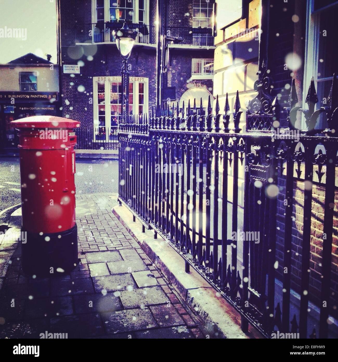 Reino Unido, London, Greater London, Post box y barandilla de hierro Imagen De Stock