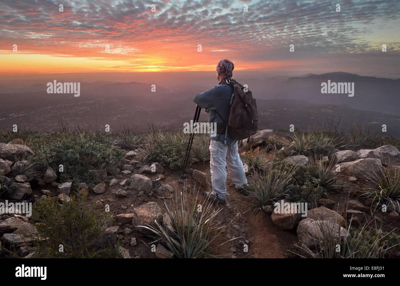 Hombre mirando a ver al atardecer, Cleveland National Forest, California, Estados Unidos, EE.UU. Imagen De Stock