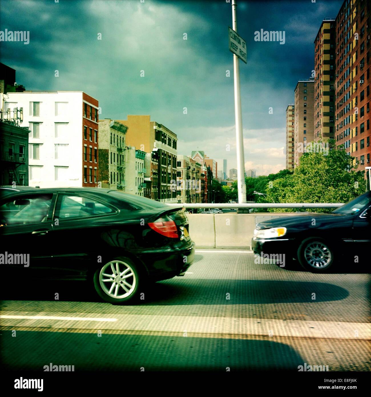 Ee.Uu., Estado de Nueva York, Ciudad de Nueva York, Queens, escena urbana con tráfico Imagen De Stock