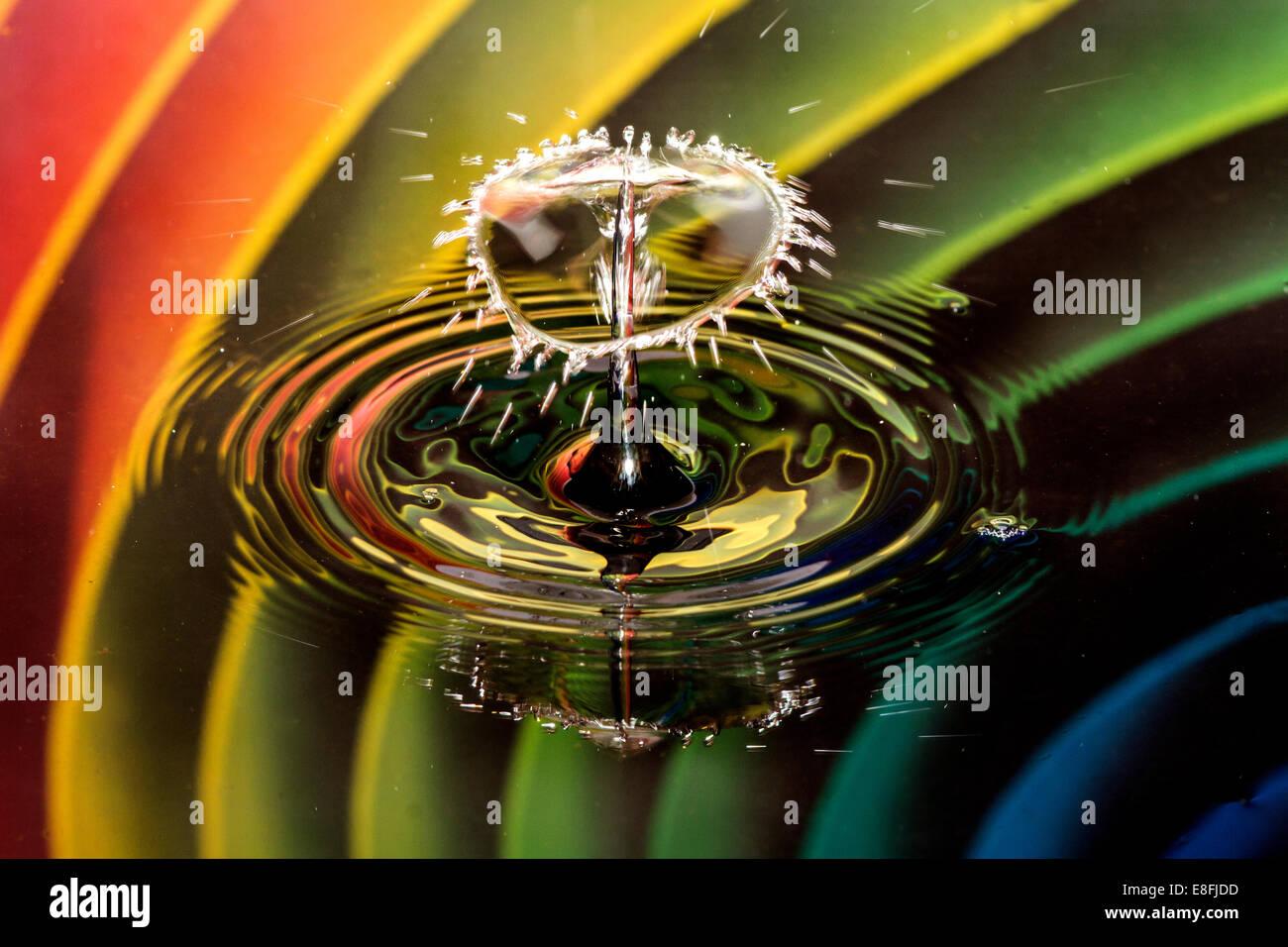Burbuja con gotas de agua en el fondo del arco iris Imagen De Stock