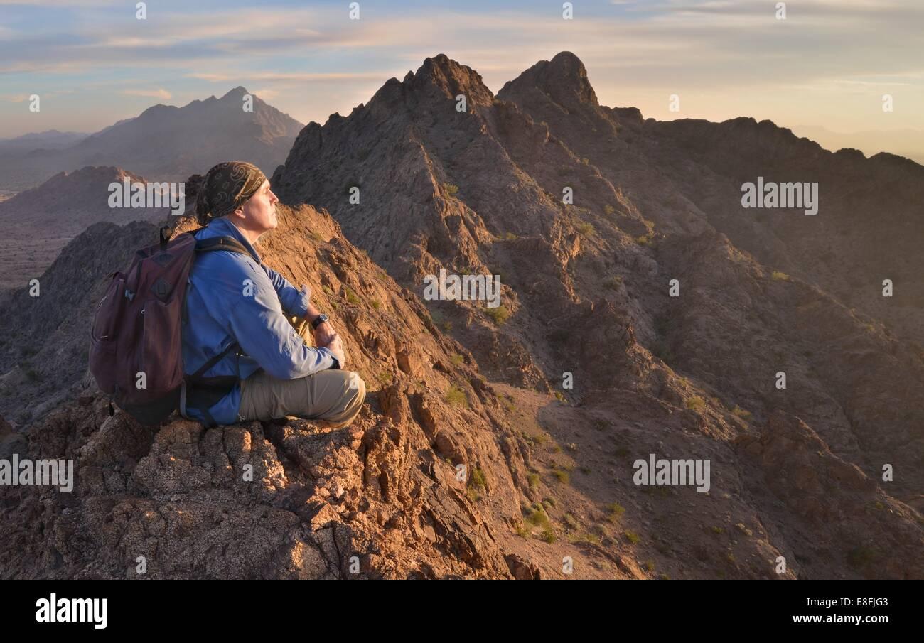 Ee.Uu., Arizona, Retrato del hombre meditando en la cima de las montañas Mohawk Imagen De Stock
