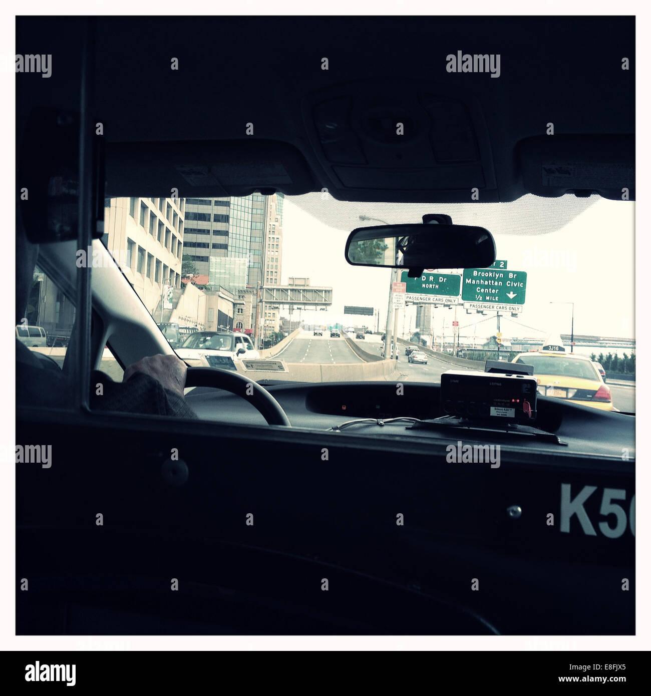 Ee.Uu., Estado de Nueva York, Manhattan, Ciudad de Nueva York, escena en la calle desde el interior de la cabina Imagen De Stock