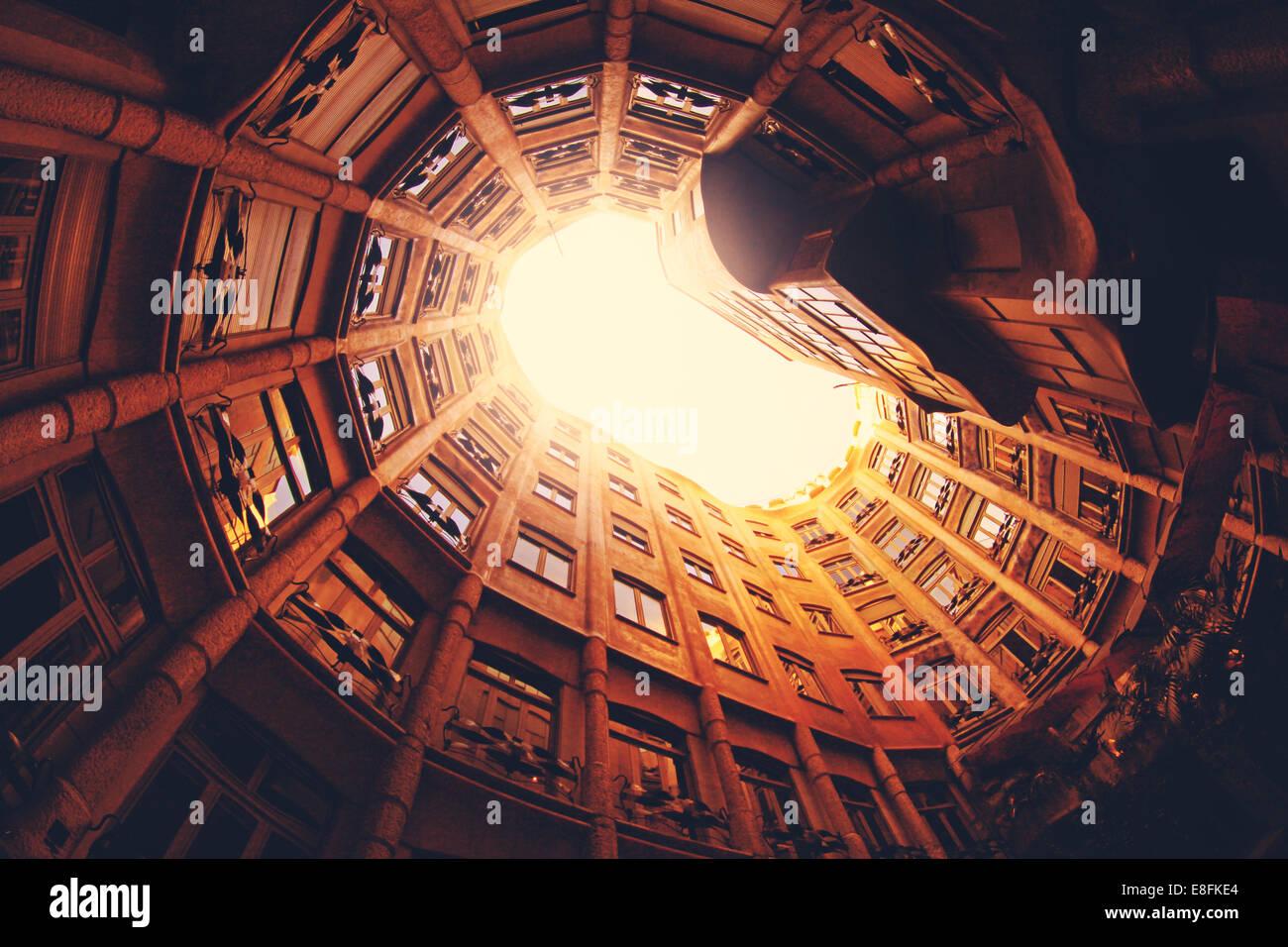 España, Barcelona, La Pedrera, vista de ángulo bajo del edificio Imagen De Stock