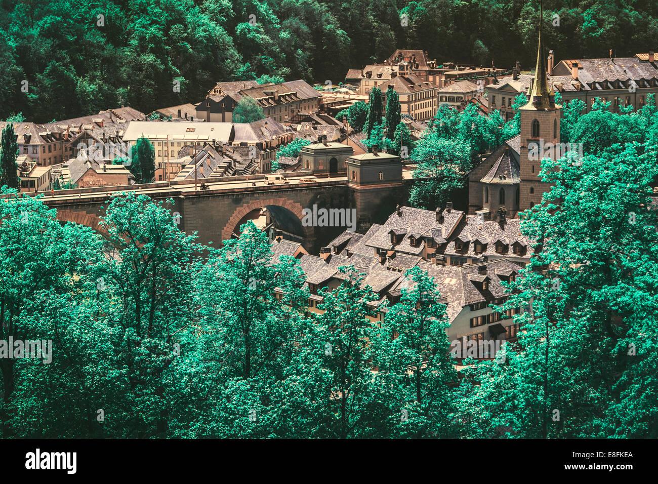 Suiza, Berna, Berna Puente y árboles verdes Foto de stock