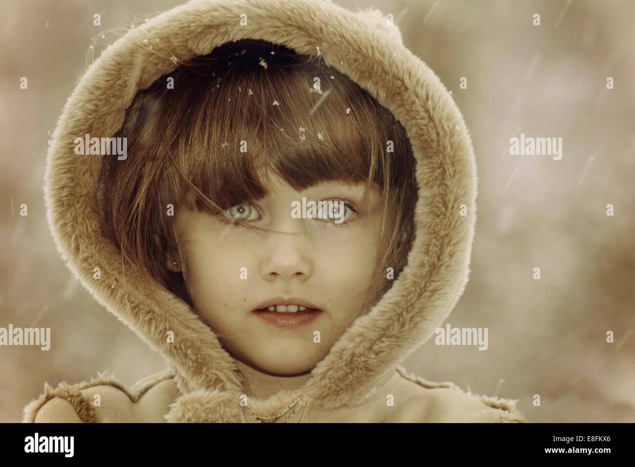 Retrato de chica que llevaba cubierta de pieles Imagen De Stock