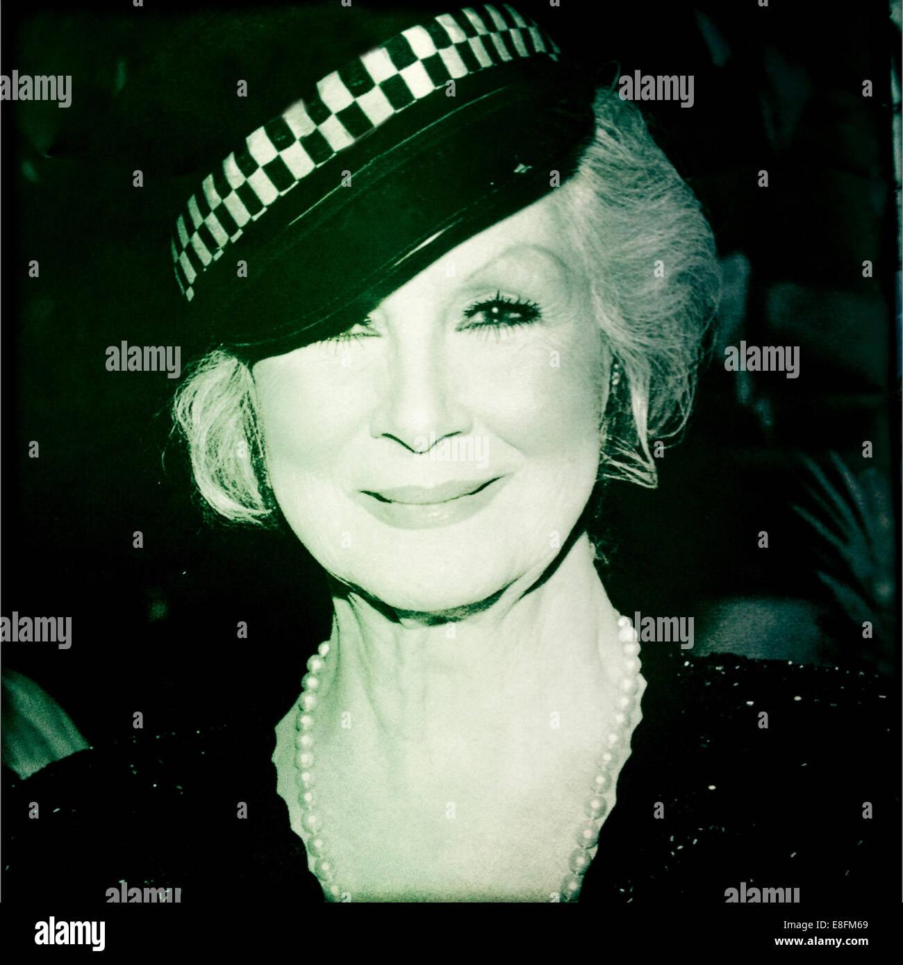 Retrato de mujer madura, vistiendo Policías Hat Imagen De Stock