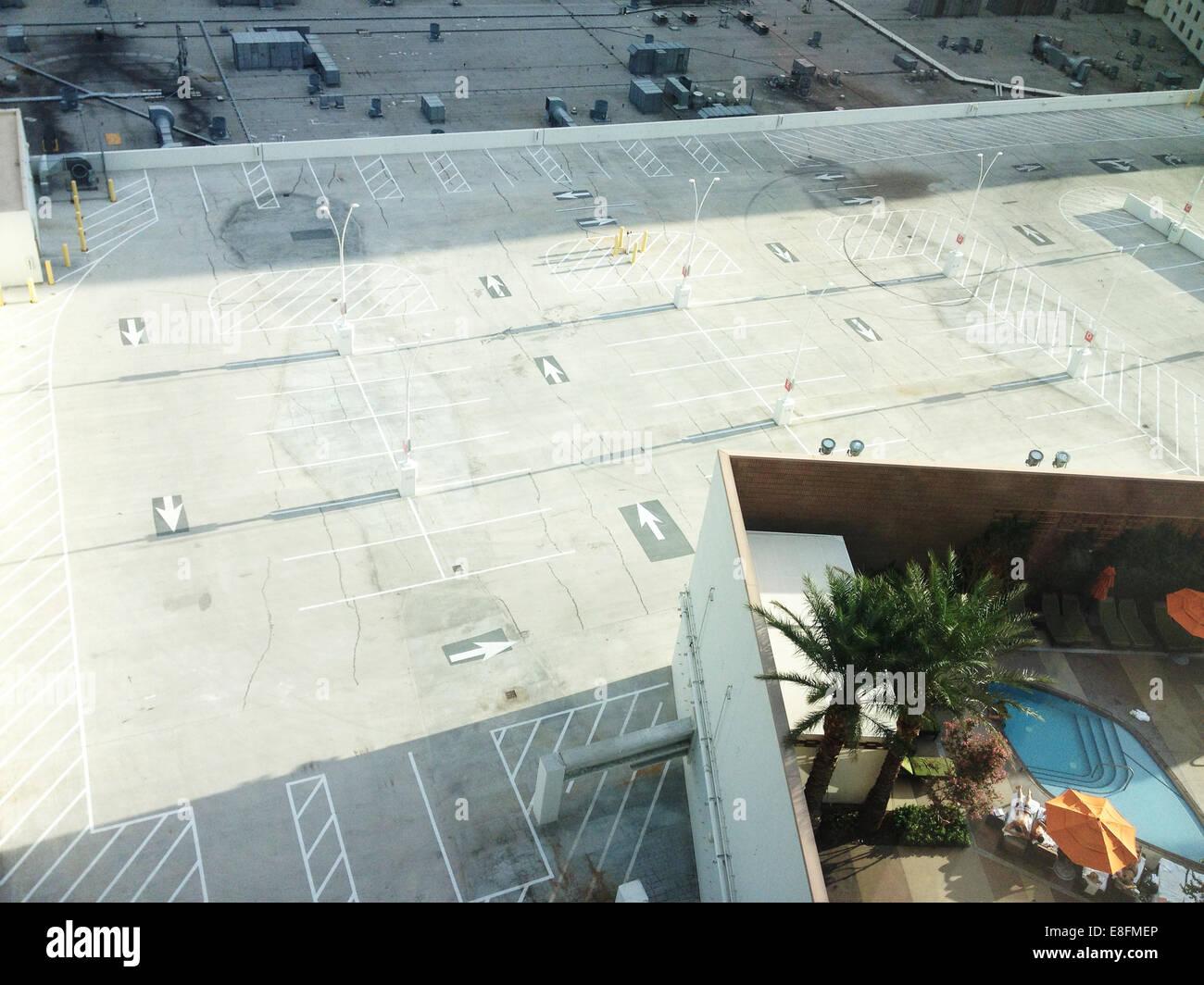 Ee.Uu., el condado de Clark, Nevada, Las Vegas, piscina con parking debajo Foto de stock