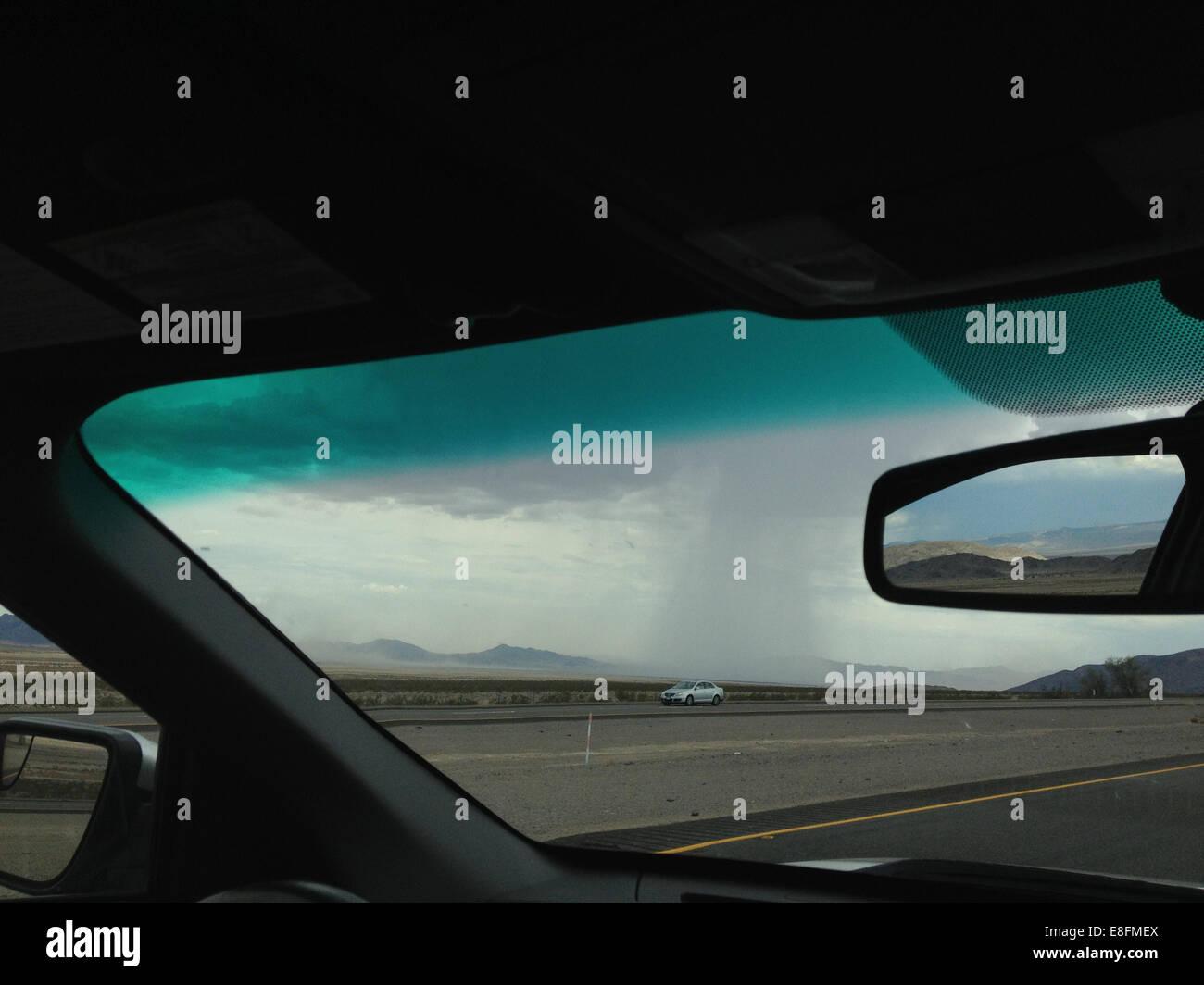 Estados Unidos, Nevada, Tormenta visto desde el interior de coche Imagen De Stock