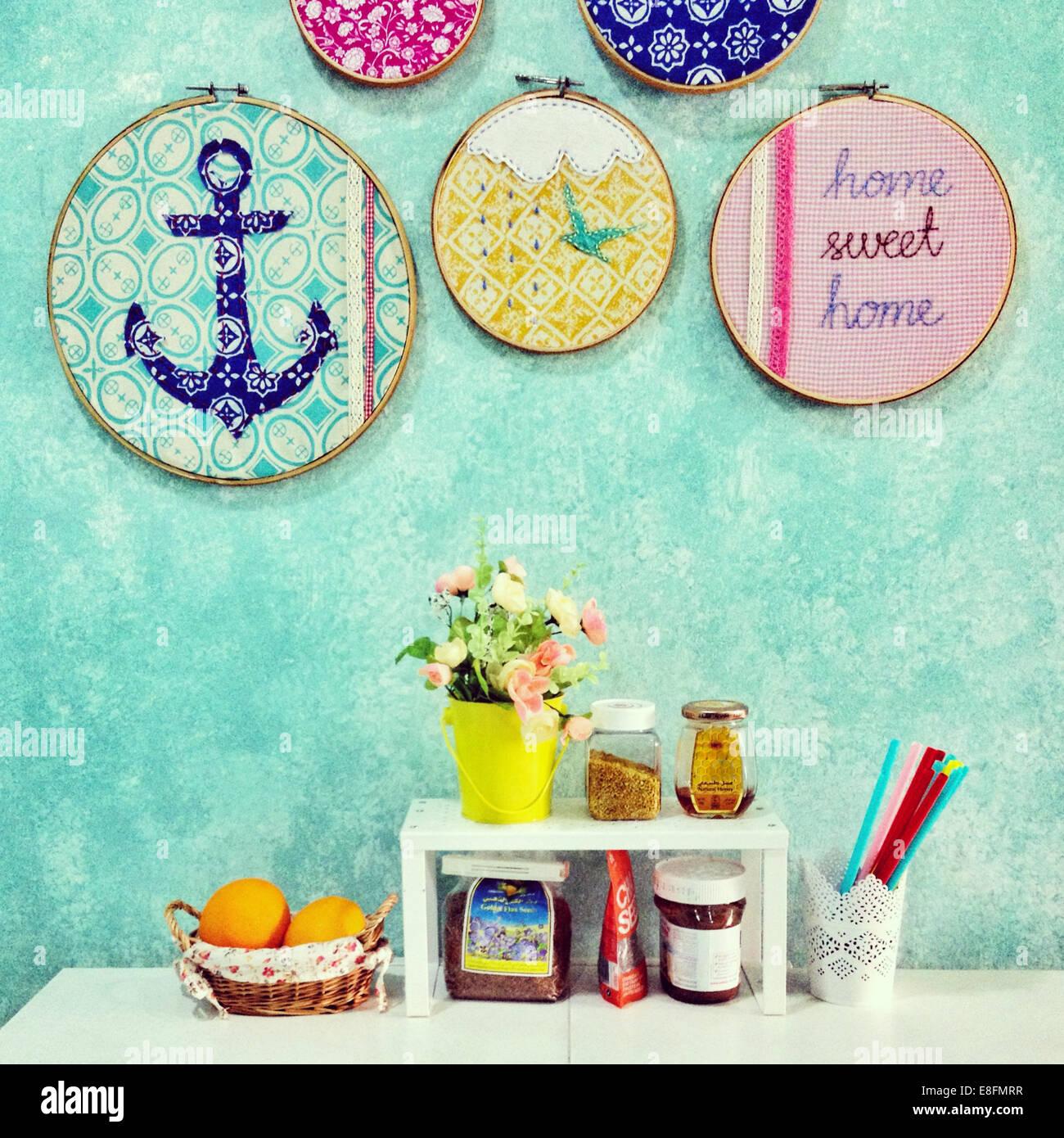 Hogar, dulce hogar disposición de alimentos, flores y decoraciones Imagen De Stock