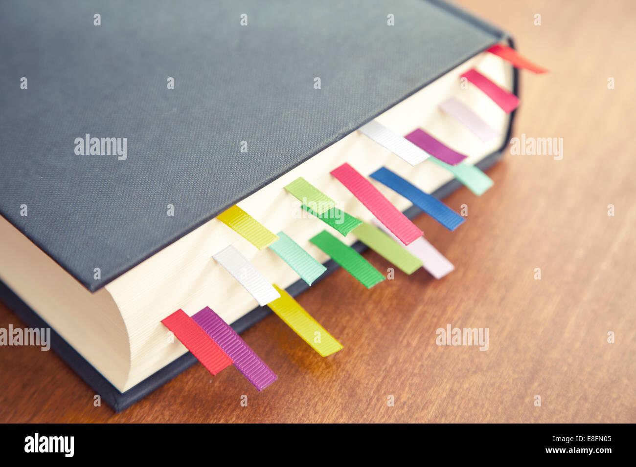 Reserve con marcadores multicolor Imagen De Stock