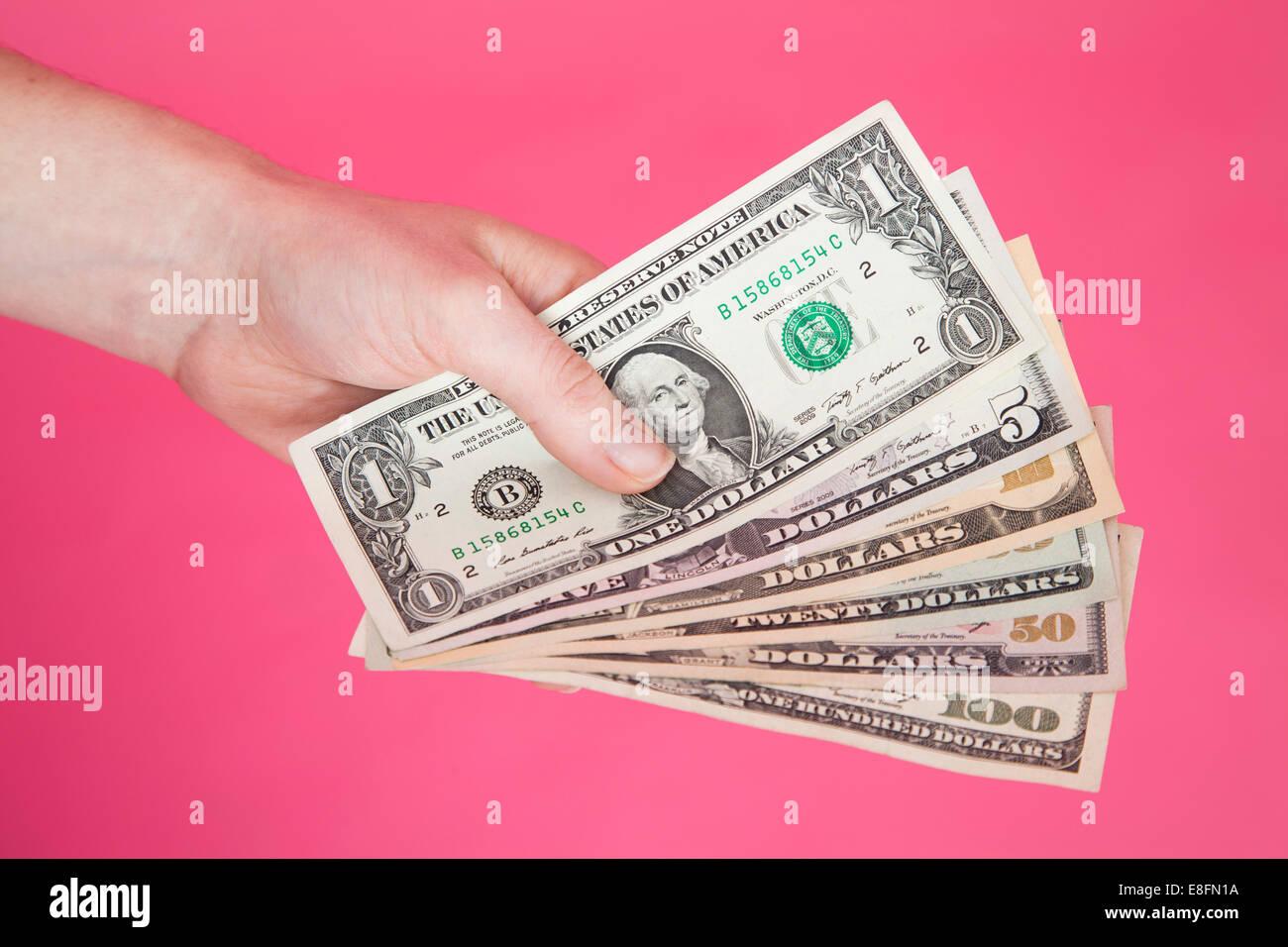 Mano de mujer que nos billetes Foto de stock