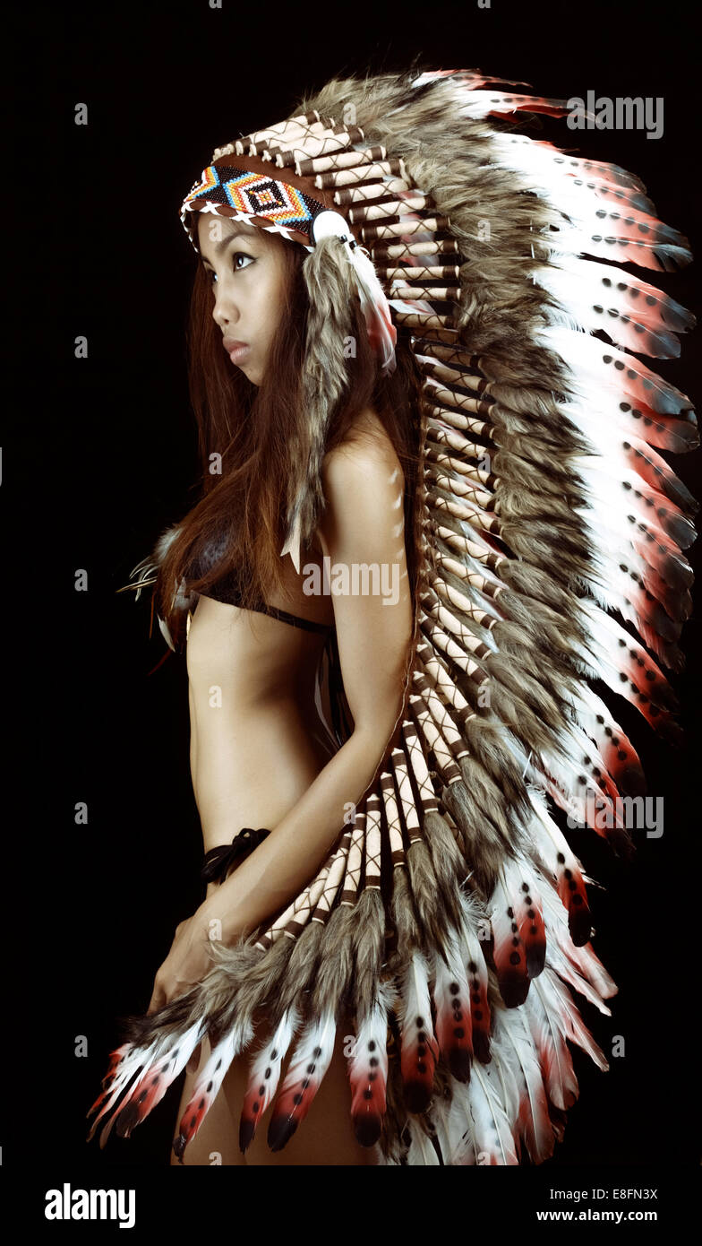 Foto de estudio de mujer vistiendo penacho tradicional Imagen De Stock