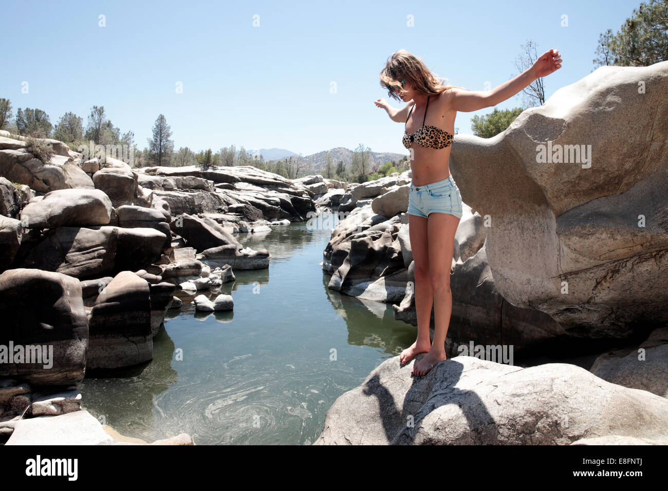 Ee.Uu., el Red Rock Canyon, Mujer de pie por río Foto de stock