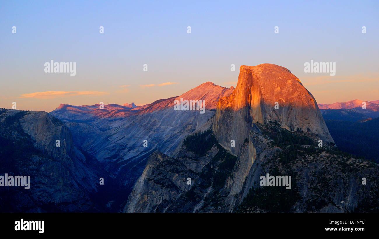 California, Estados Unidos, Half Dome del parque nacional Yosemite al atardecer Foto de stock