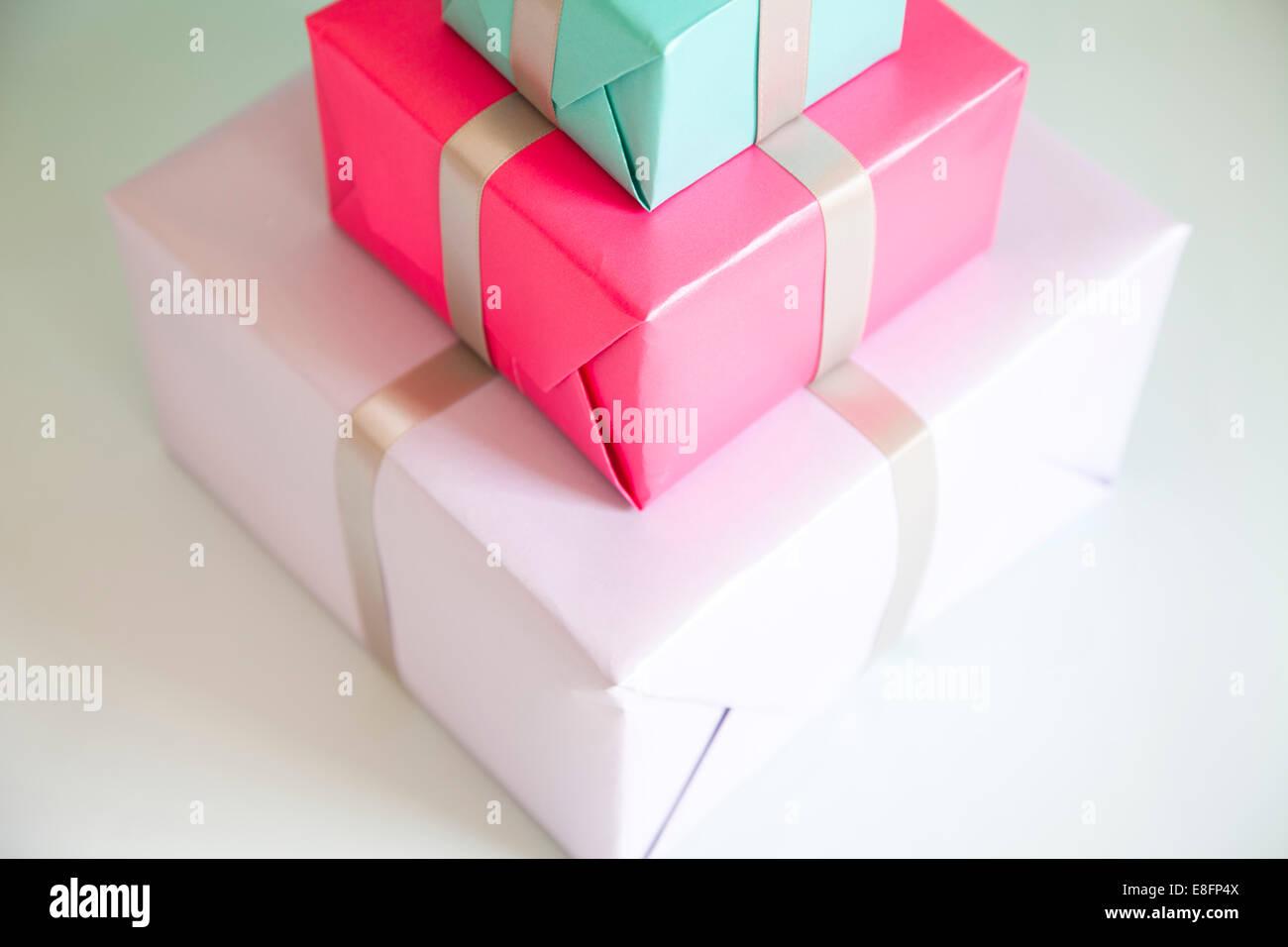 Una pila de tres regalos envueltos Imagen De Stock
