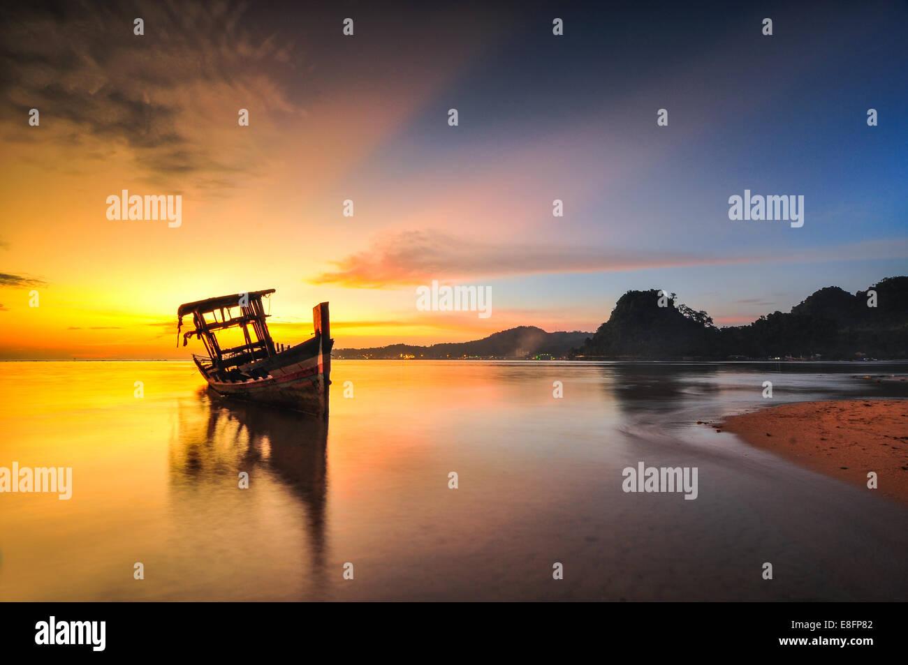 Camboya, vista sobre mar tongkang al amanecer. Imagen De Stock