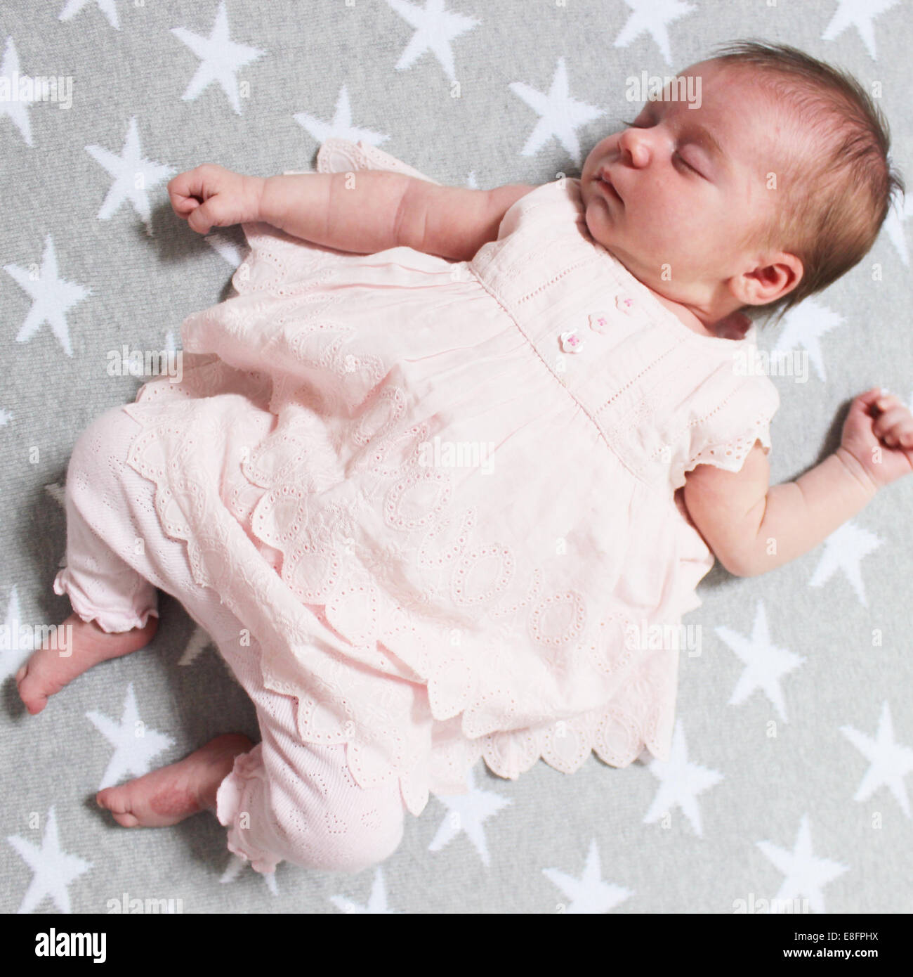 Baby Girl acostado sobre la espalda durmiendo Imagen De Stock