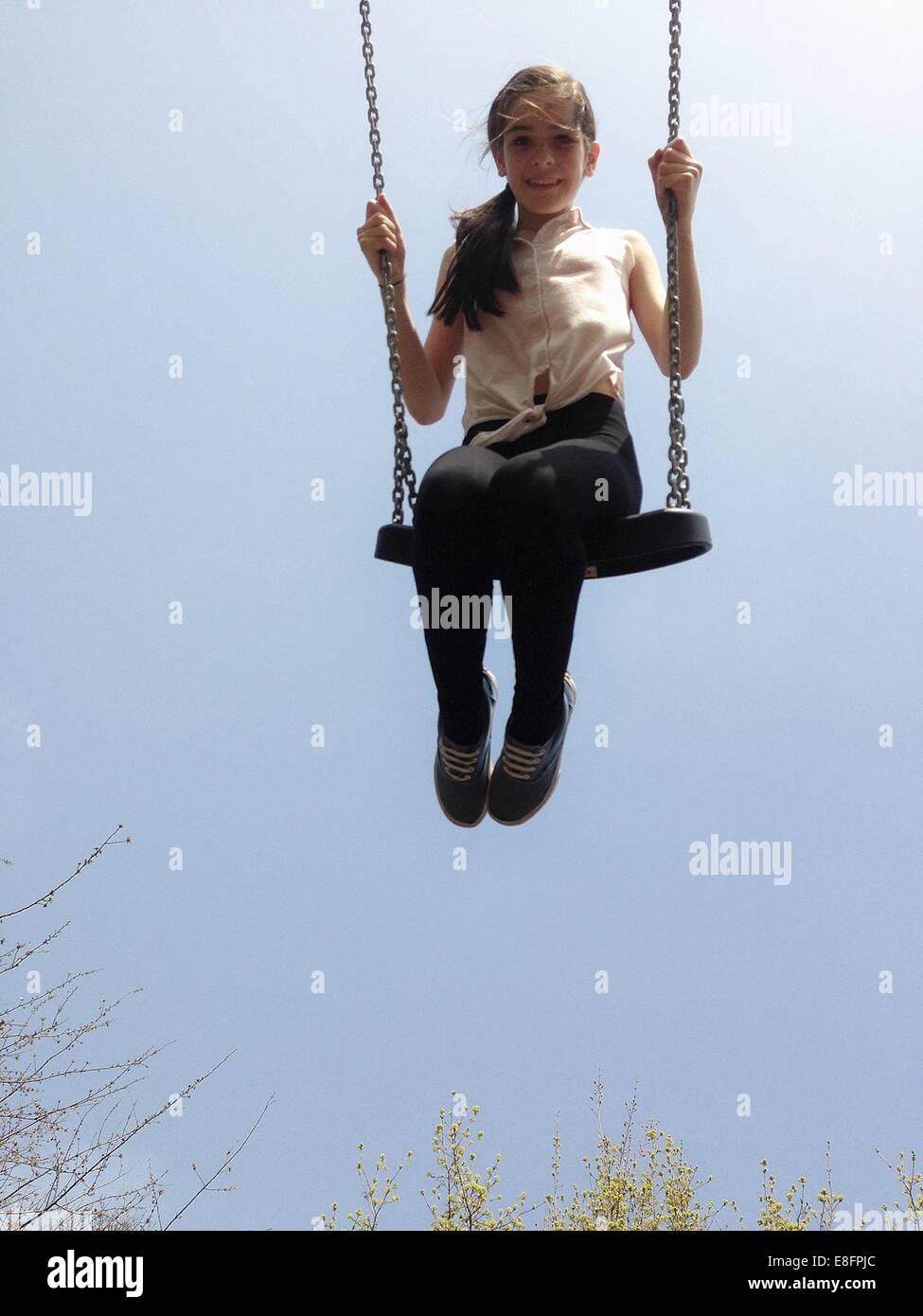 Chica sentada en un columpio Imagen De Stock