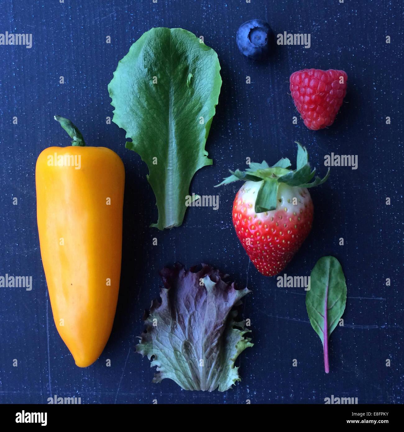 Las frutas, las verduras y las hojas de ensalada Imagen De Stock