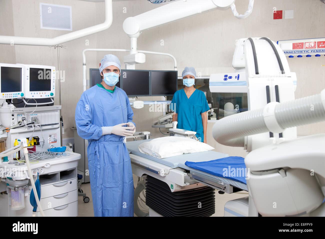 Dos médicos en un quirófano Foto de stock