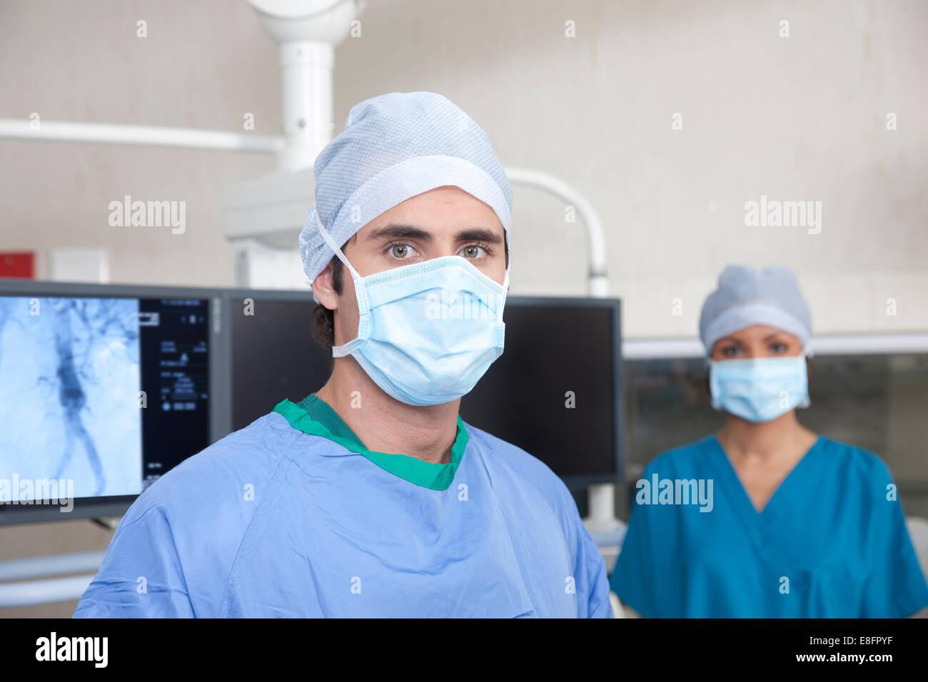 Dos médicos de pie en quirofano Foto de stock