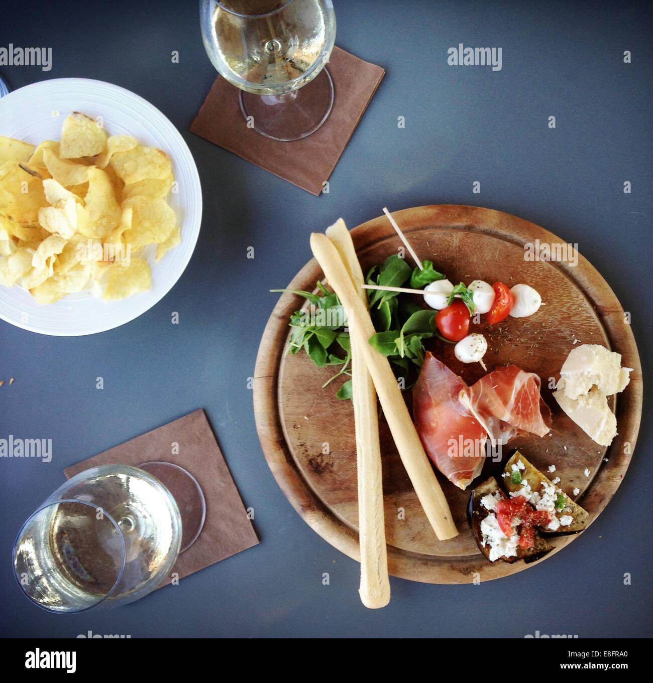 Vista aérea de jamón, queso, parmesana Finger Food y tomates cherry con queso mozzarella Foto de stock