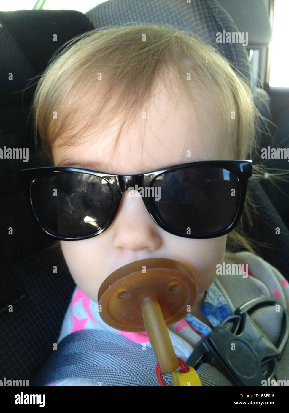 Retrato de niña (18-23 meses) con maniquí y gafas de sol Imagen De Stock