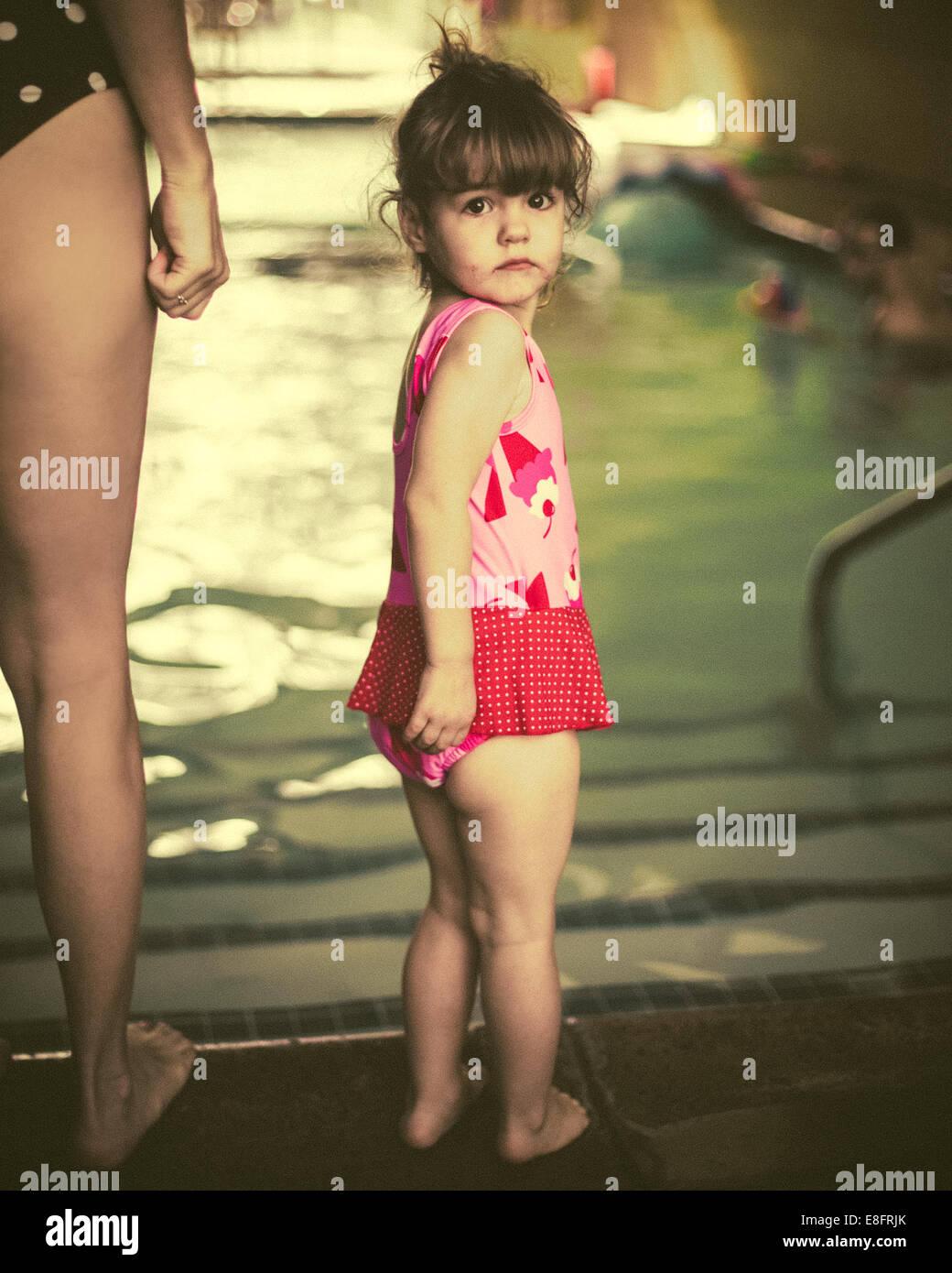 Chica (18-23 meses) en piscinas con su madre Foto de stock