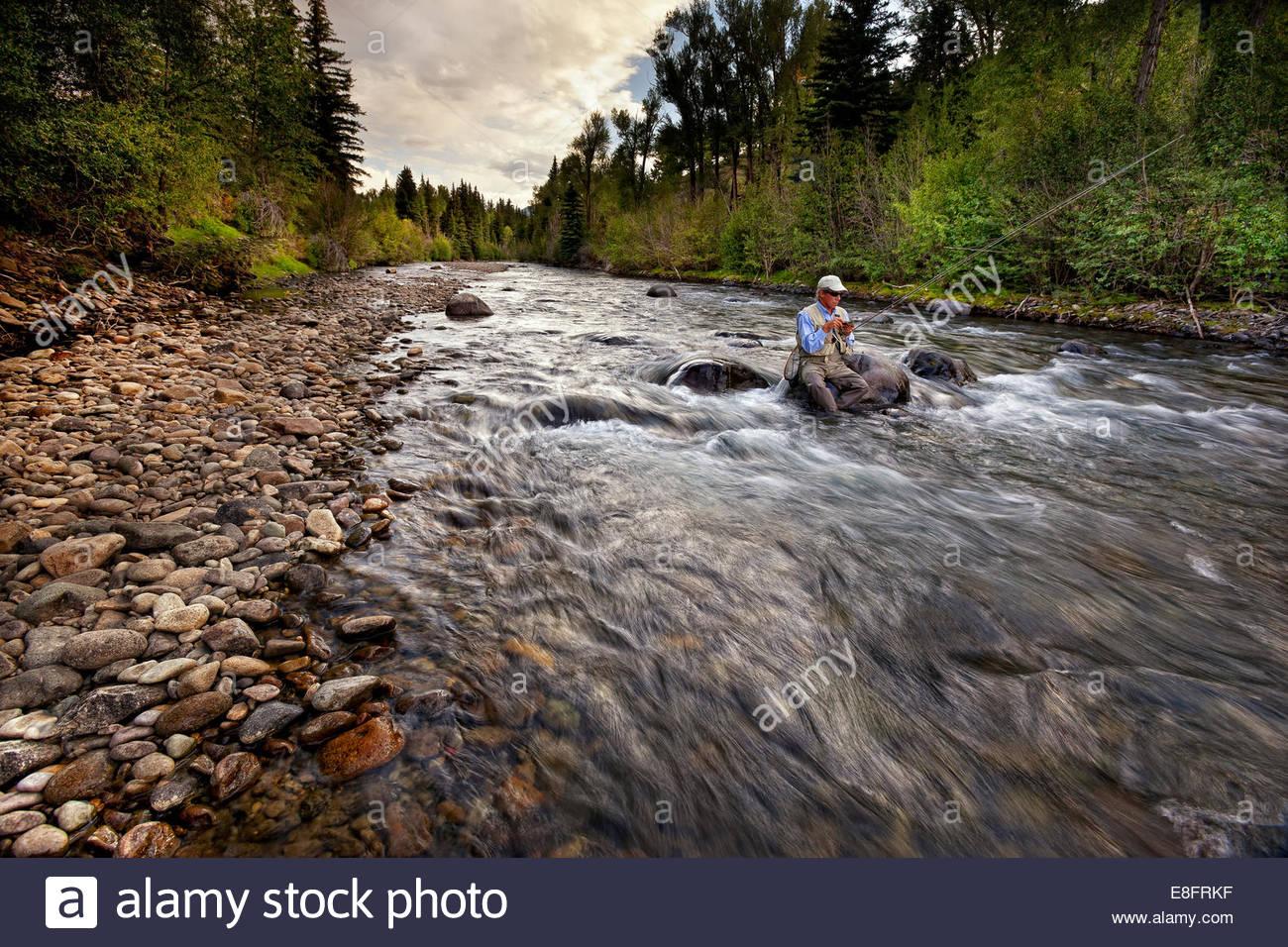Ee.Uu., Colorado, en el condado de Hinsdale, Lake City, pescador elegir nueva fly Imagen De Stock