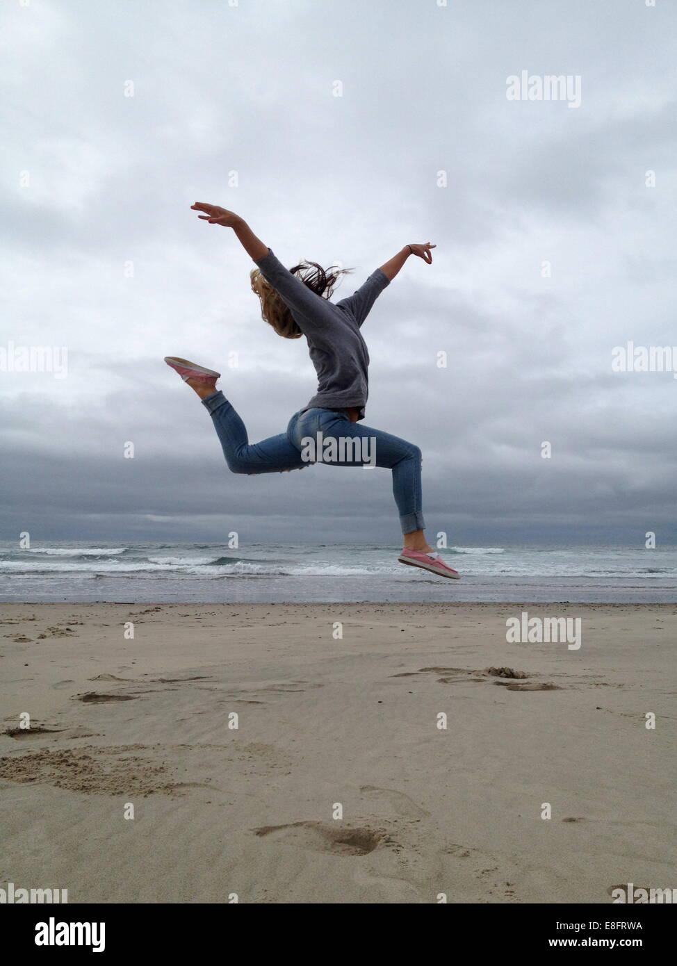 Ee.Uu., el Condado de Tillamook, Oregon, Rockaway Beach, joven practicar ballet en la playa Imagen De Stock