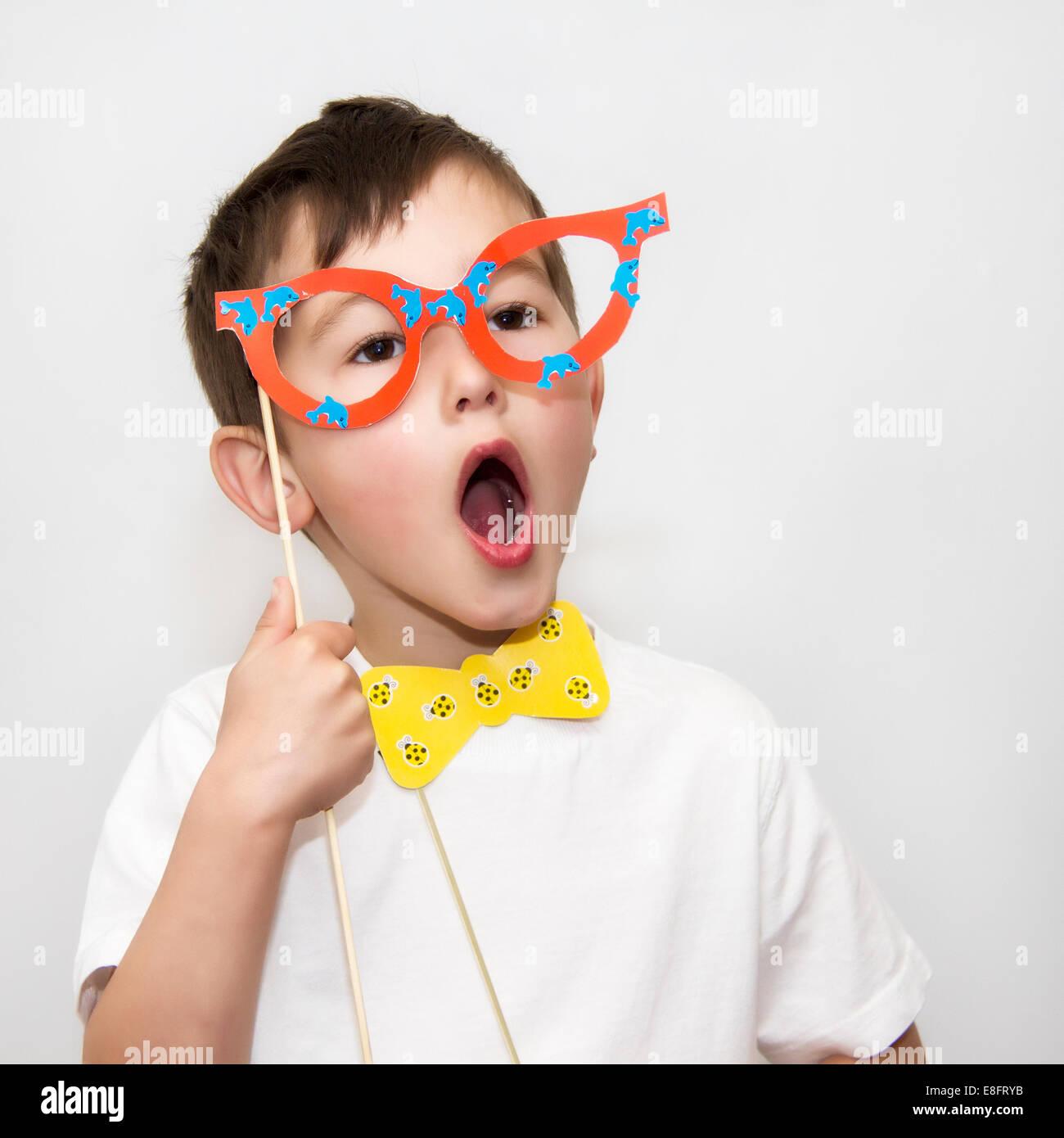 Niño con gafas y pajarita máscaras Foto de stock