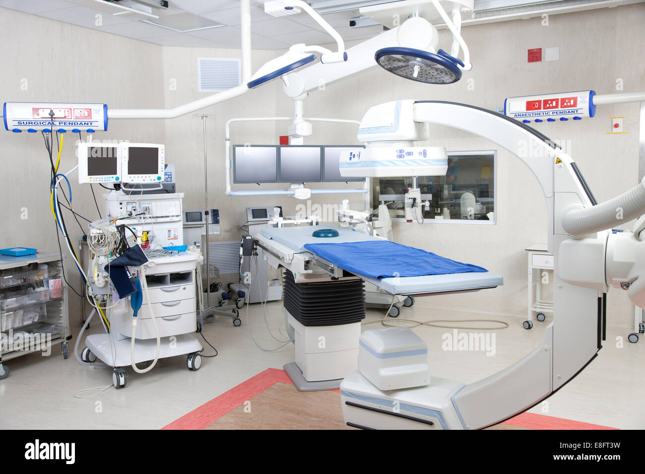 Quirófano con sistema de imágenes robóticas en un hospital Foto de stock
