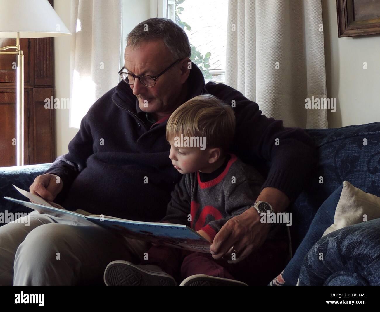Abuelo y nieto de lectura Imagen De Stock