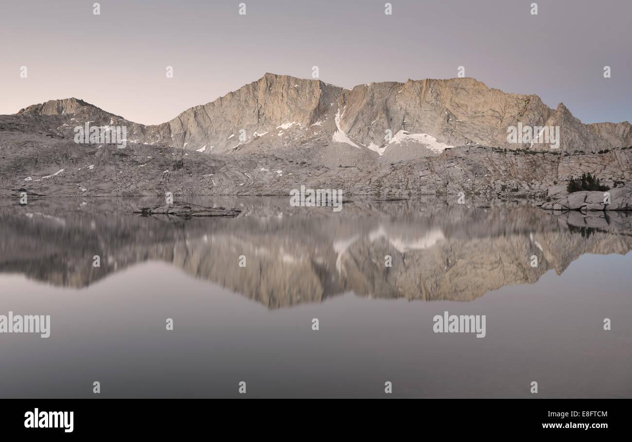 California, Estados Unidos, Sierra National Forest, reflexiones en 'infierno' para el Seguro Lake Imagen De Stock