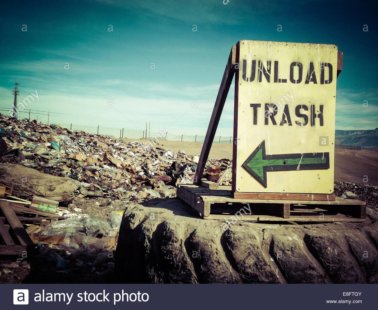 Descargar cartel en vertedero de basura Imagen De Stock