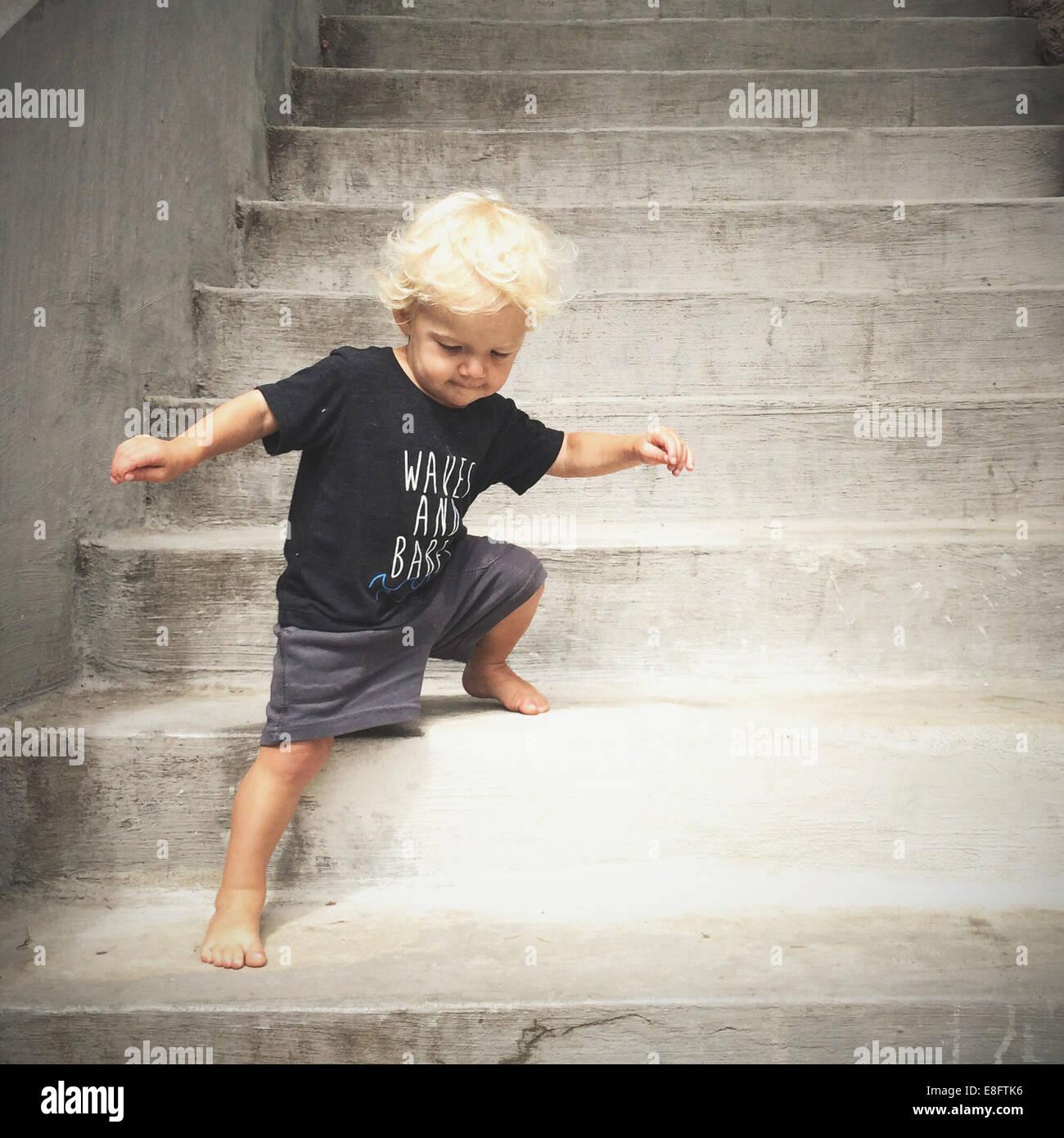 Muchacho caminando hacia abajo pasos Imagen De Stock