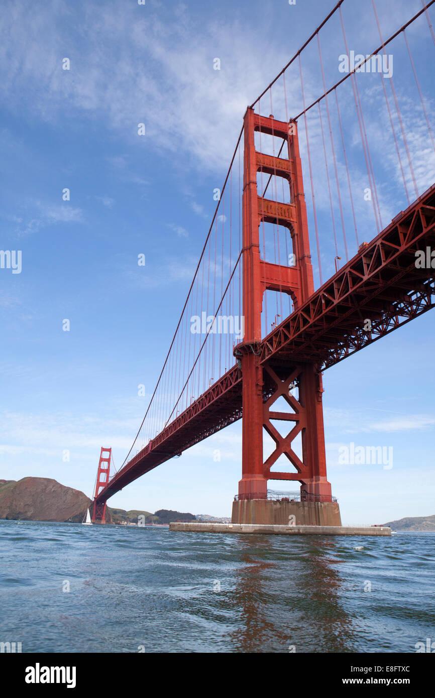 California, Estados Unidos, San Francisco, vista de ángulo bajo el puente Golden Gate Imagen De Stock