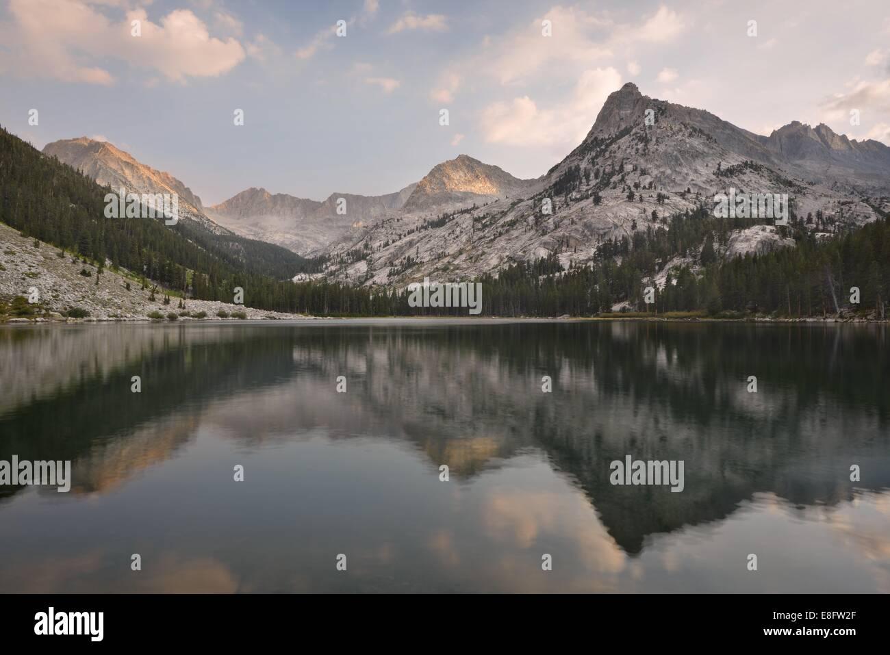 California, Estados Unidos, el Parque Nacional Kings Canyon, reflexiones en East Lake Foto de stock