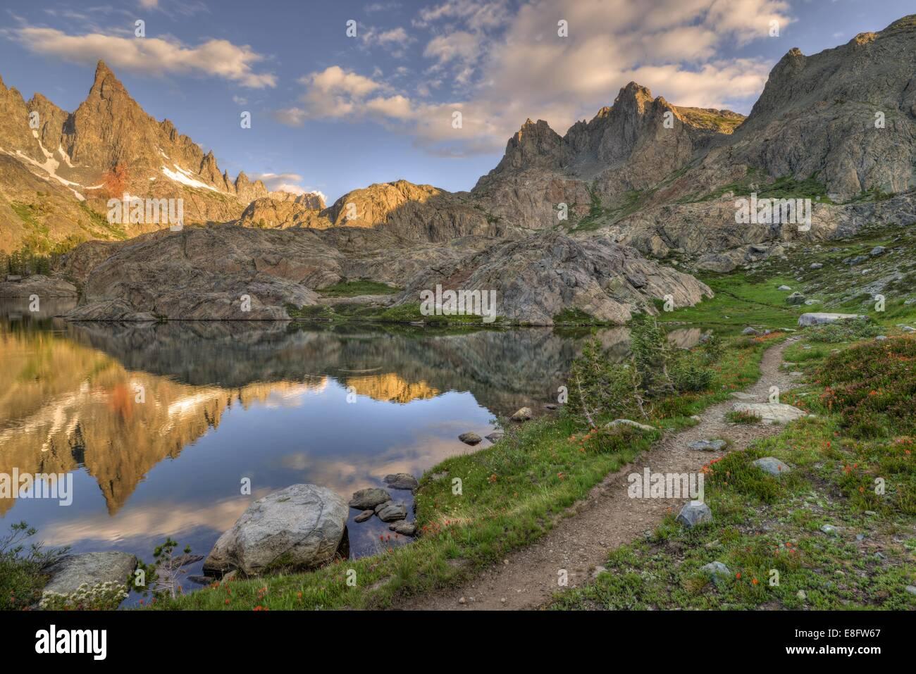 California, Estados Unidos, el Bosque Nacional Inyo, camino a las montañas Imagen De Stock