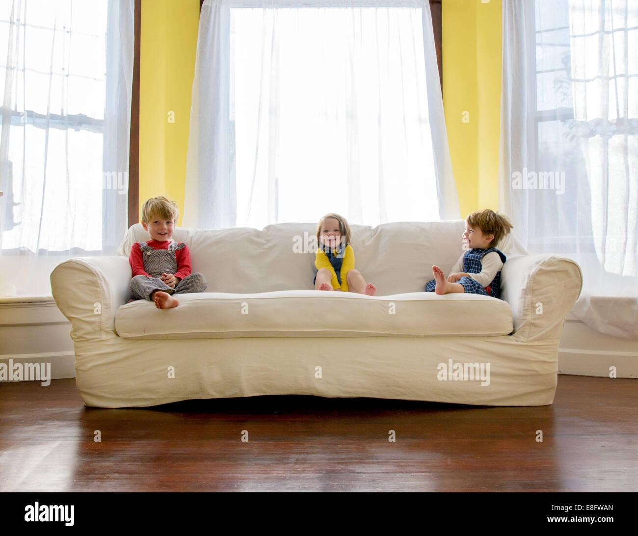 Los niños ( 2-3, 4-5 ) sentado en el sofá Imagen De Stock