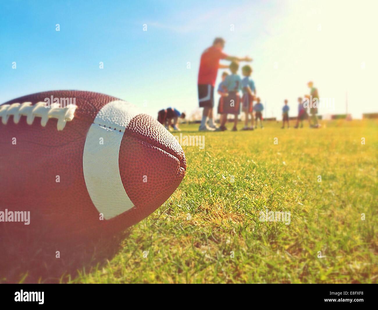 Cerca de la bola sobre el césped durante la práctica Imagen De Stock