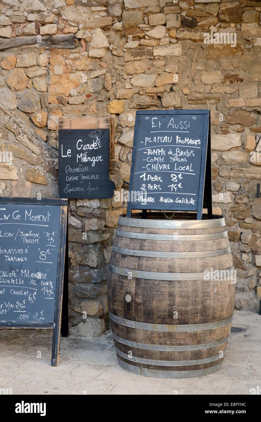 Menú pizarrón colocado en la cerveza de barril, tonel o Tun fuera de restaurante en Le Castellet Var Provence Imagen De Stock