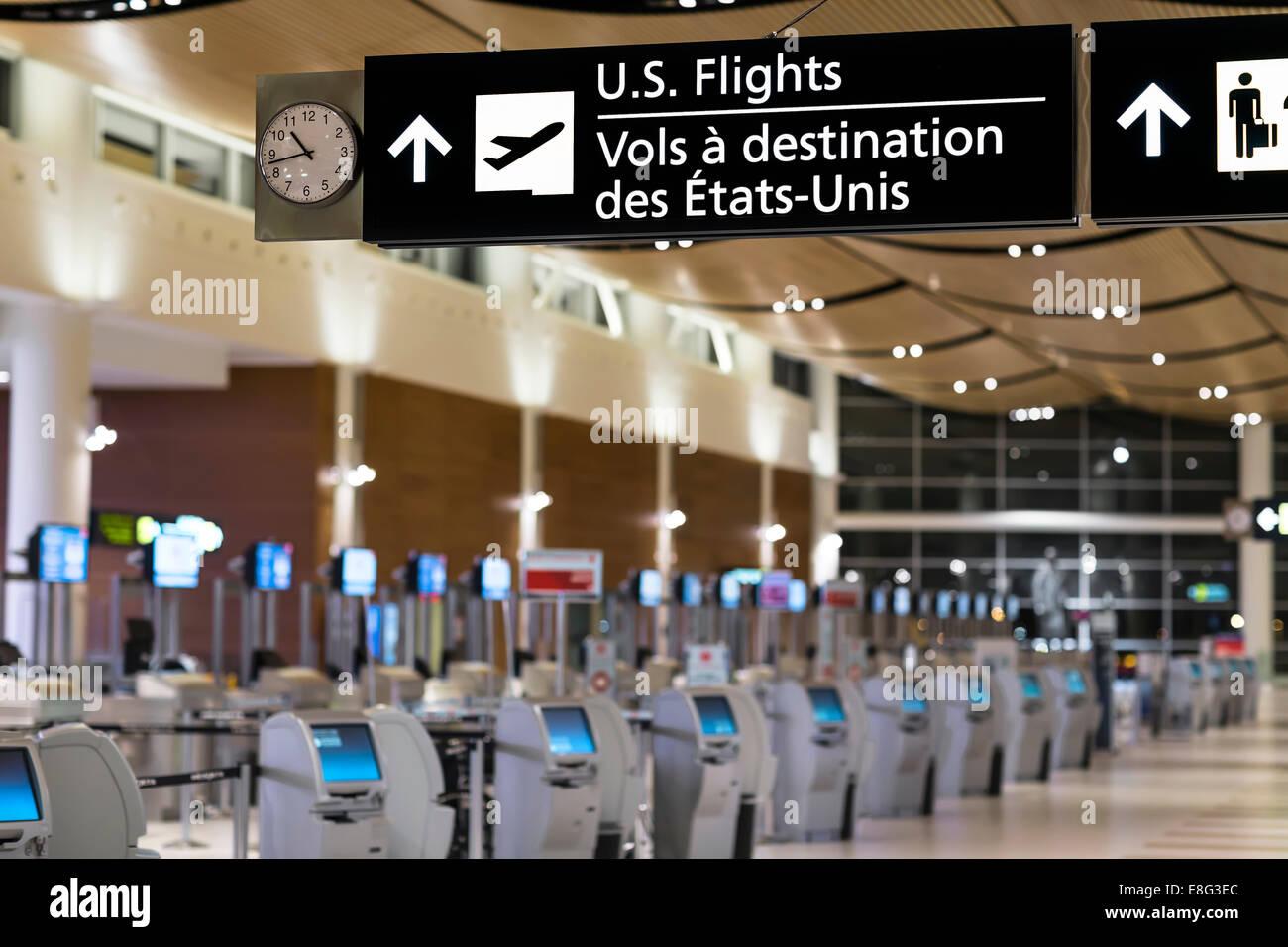 Vuelos de EE.UU. firman en una terminal de aeropuerto, el Aeropuerto Internacional James Armstrong Richardson, Winnipeg, Imagen De Stock