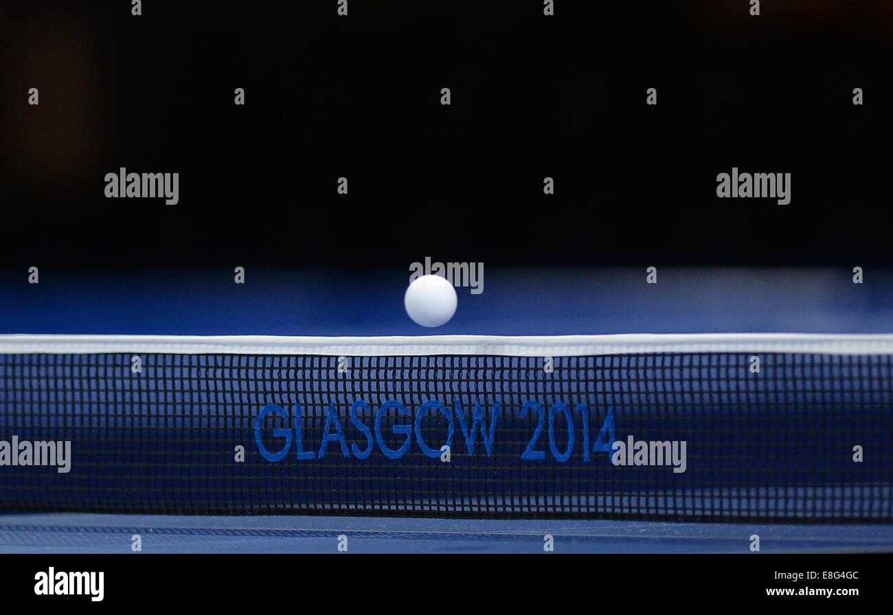 La bola va a través de la red. Tenis de mesa.Scotstoun CAMPUS DEPORTIVO en Glasgow, Escocia, Reino Unido - Imagen De Stock